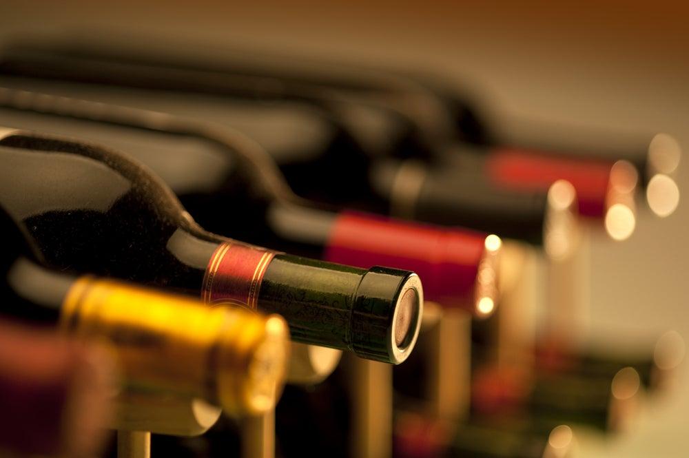 Decorare con bottiglie di vino e tappi.
