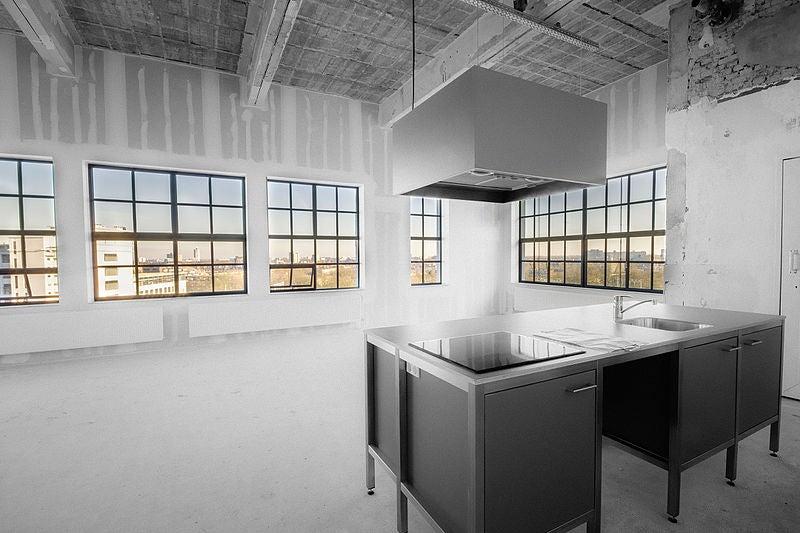 Ejemplo de loft donde vemos la amplitud del espacio, los grandes ventanales y los altos techos