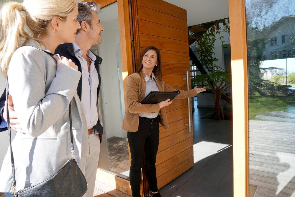 En las inmobiliarias puedes buscar casas.