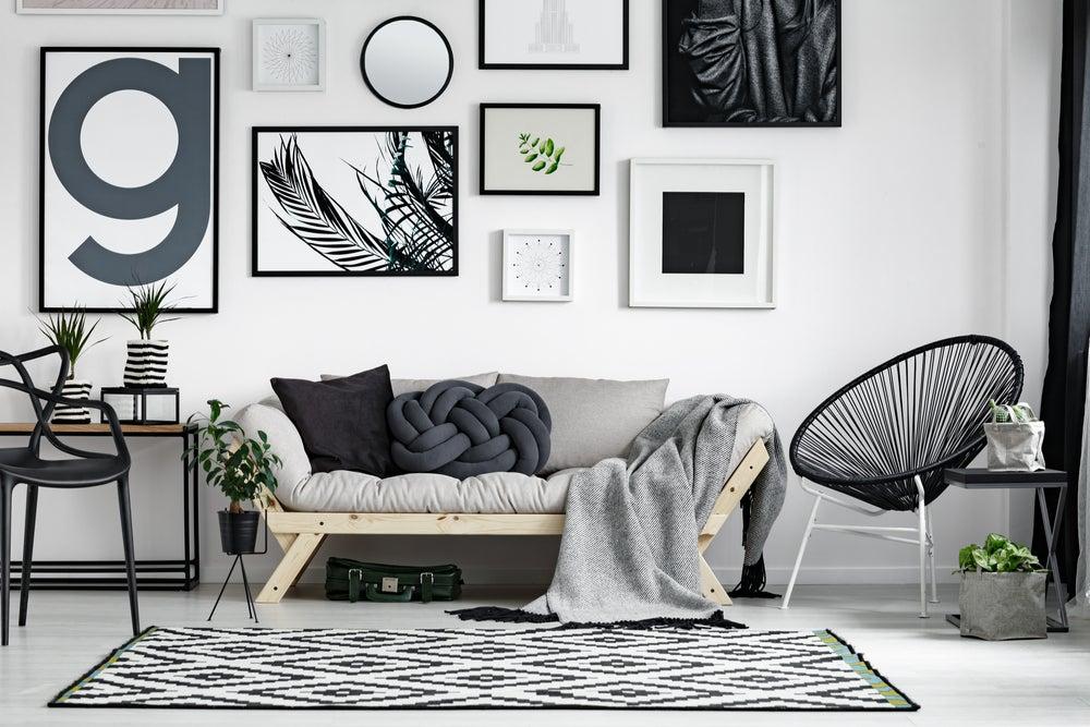 Decoración mediante el mobiliario de un interior blanco.