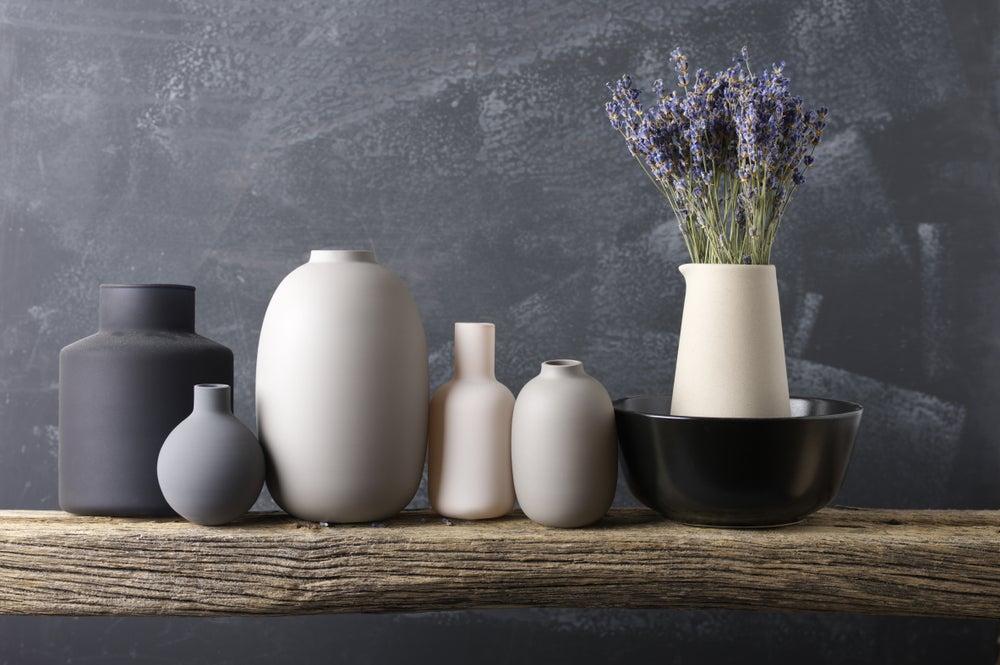 jarrones de cerámica en tonos neutros
