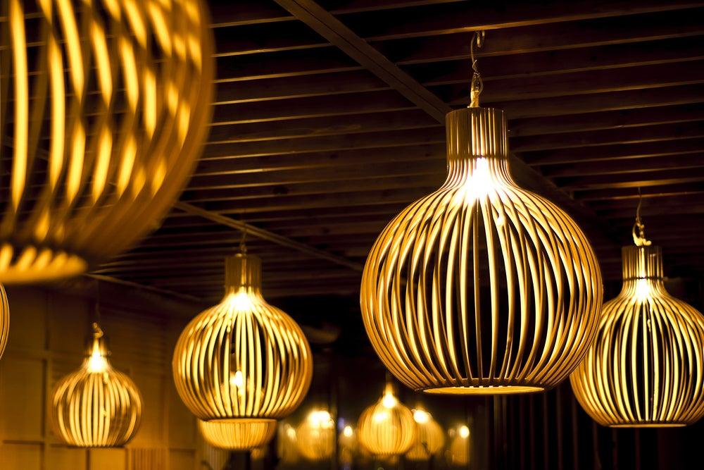 Lámpara de madera negra.