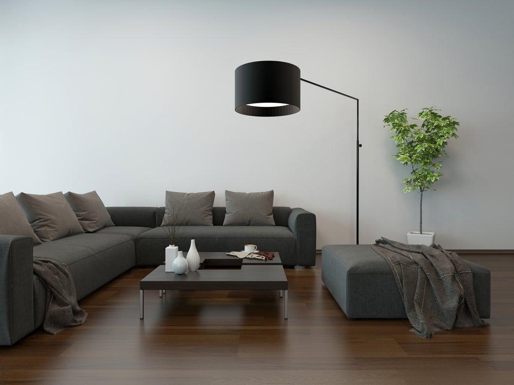 Lámpara de pie flexible con una campana negra.