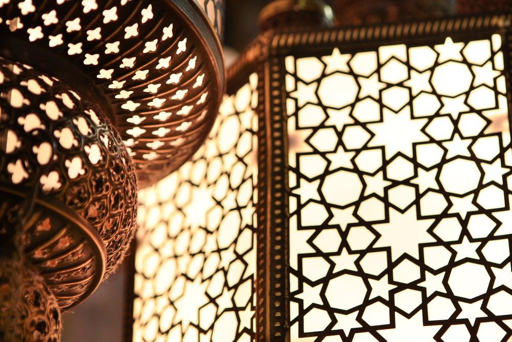 Farolillos típicos marroquíes formando mosaicos con sus agujeros.