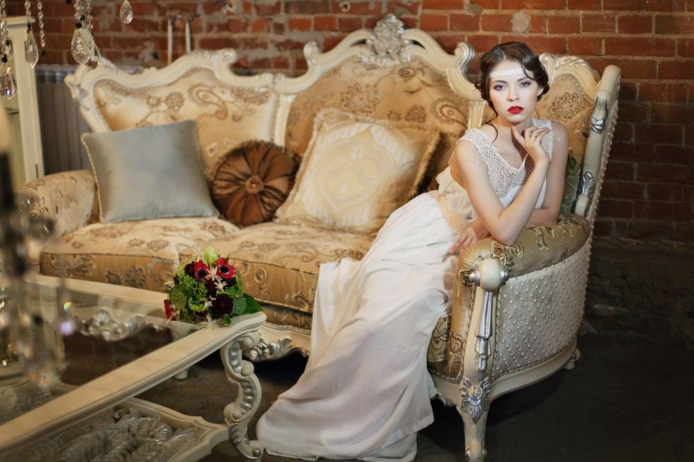Novia sentada sobre sofá belle époque