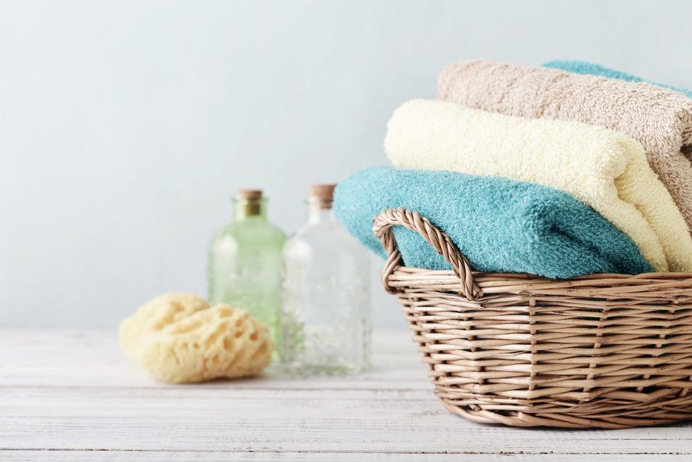 Toallas para el baño de la gama pastel: azul, beige, amarillo claro.