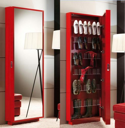 Zapatero rojo con espejo vertical.
