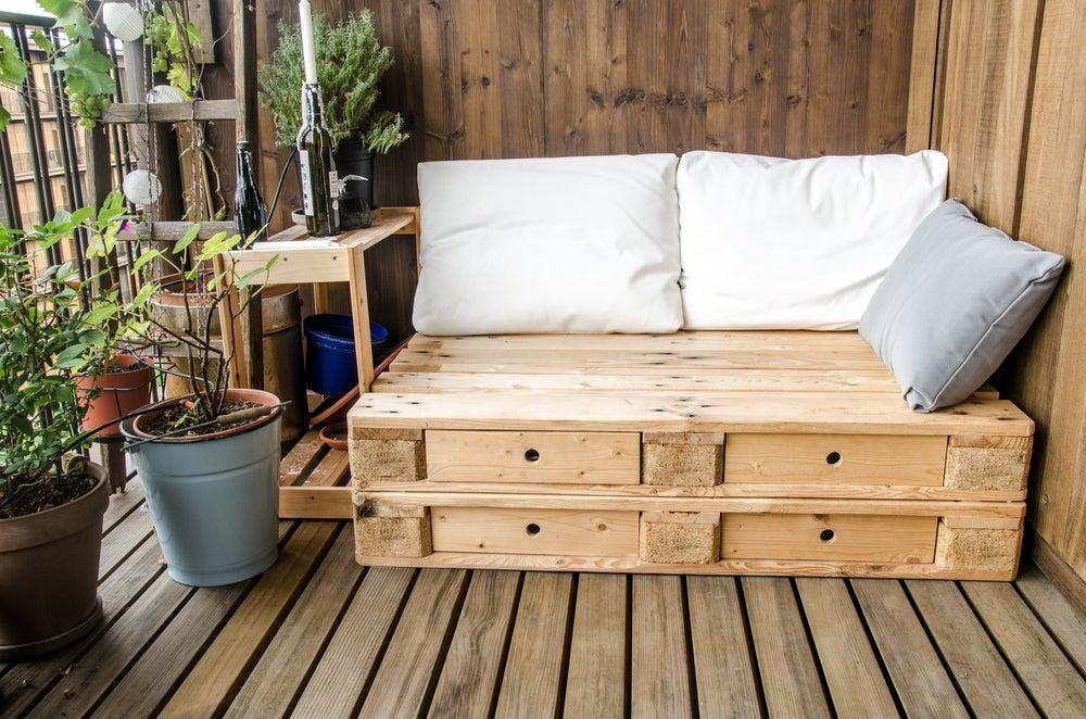 Cajas de madera y palés como asiento.