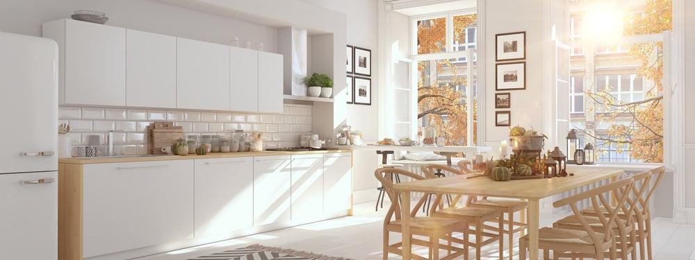 Cocina nórdica con colores blanco y madera.