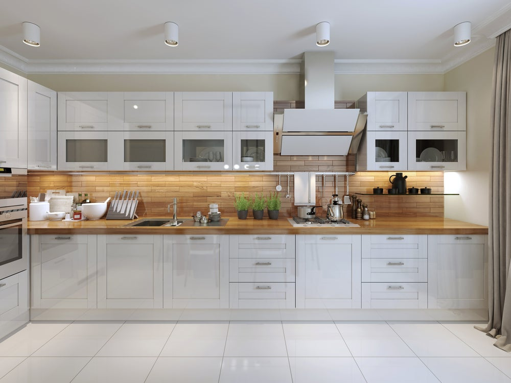 Cocina ordenada en blanco y madera.
