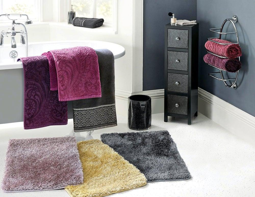 Conjunto de textiles para el baño: alfombrillas, toallas grandes y pequeñas.