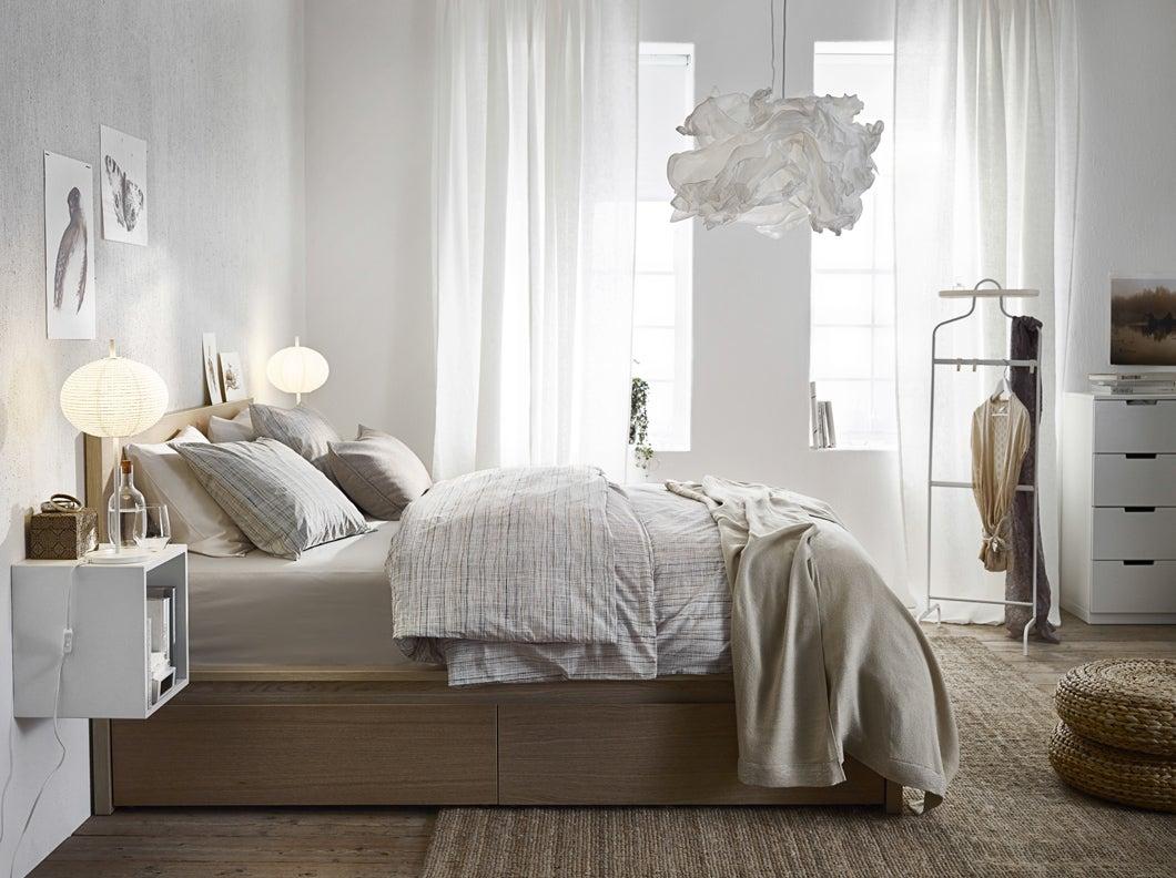 Decoración de dormitorio IKEA en tonos claros: blanco, marrón y beige.