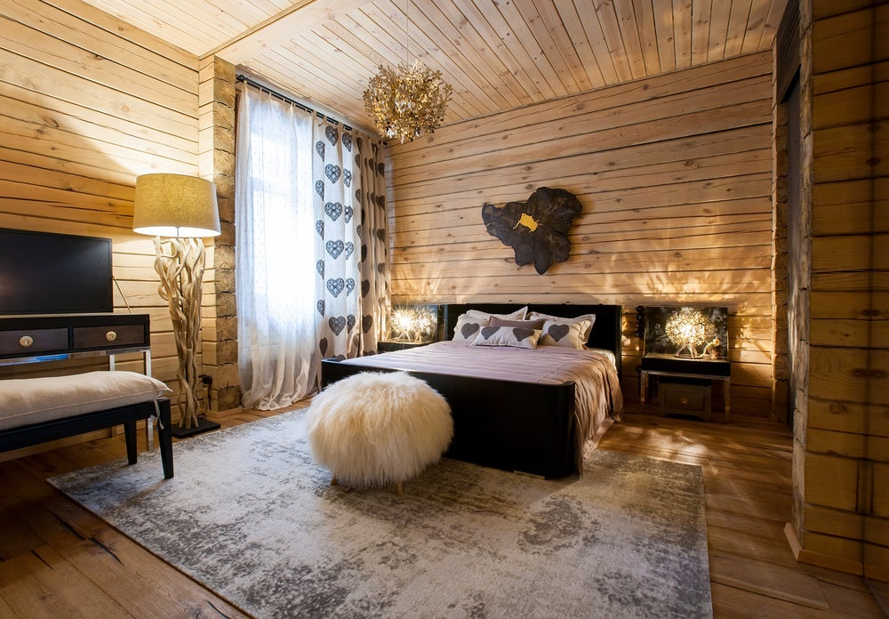 Dormitorio de madera natural.