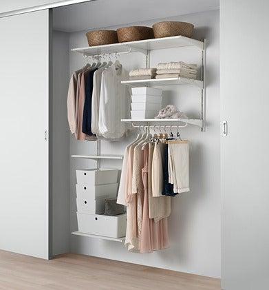 Espacio de almacenamiento en un armario de IKEA.