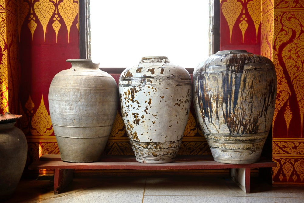 Jarrones de cerámica antiguos pintados en distintas tonalidades.