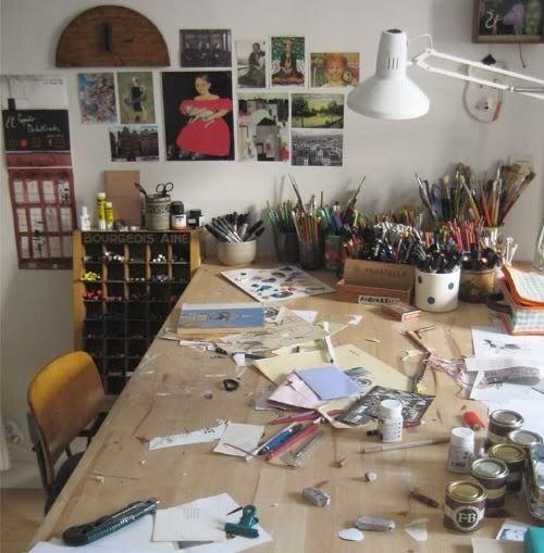 Mesa de trabajo y panel de inspiración en la pared
