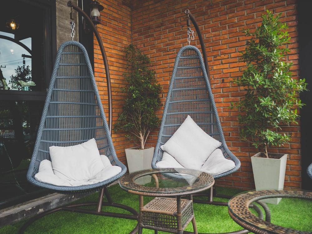 Mobiliario de mimbre para exterior: sofás colgantes individuales.