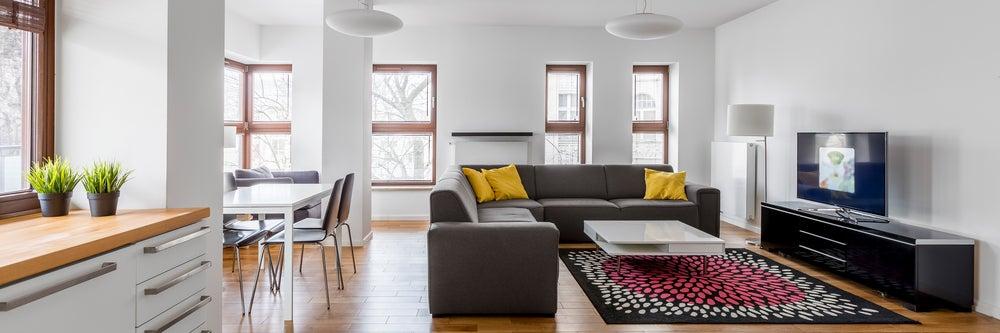 Decoración de un piso diáfano dividiéndolo en diferentes ambientes: cocina, salón, comedor.