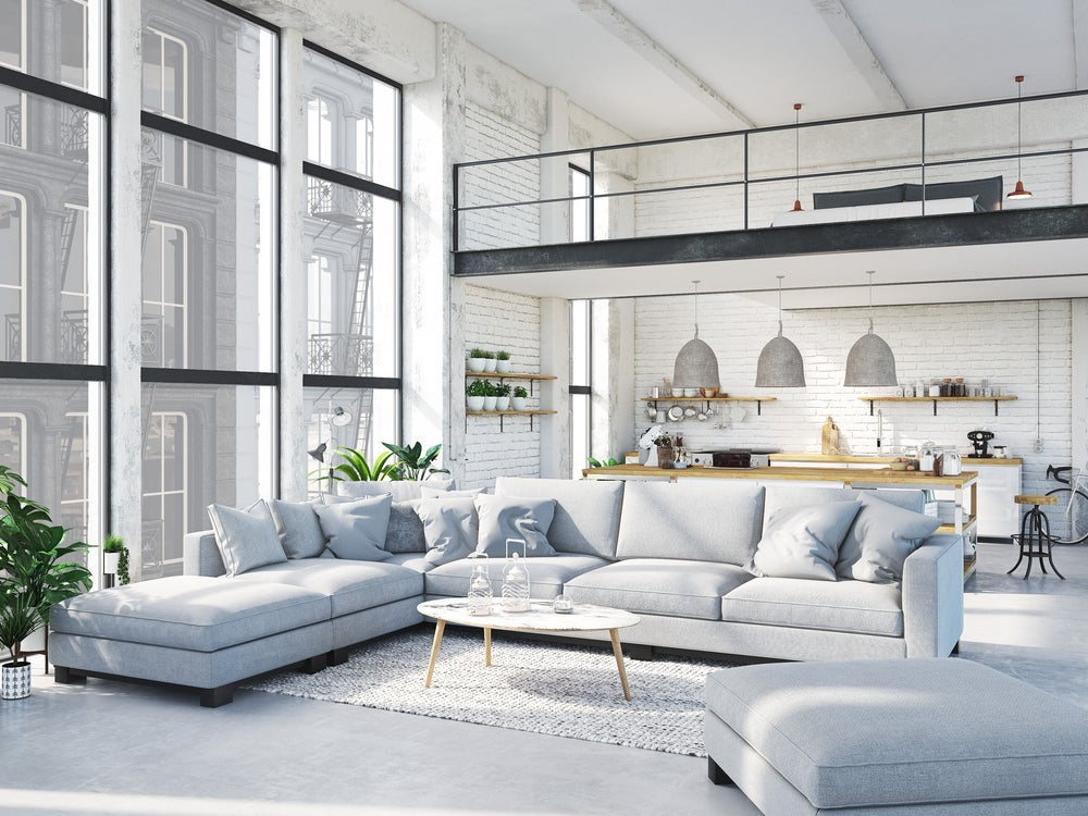 Decoración de un piso diáfano con distintas alturas: salón-cocina abajo y arriba dormitorio.