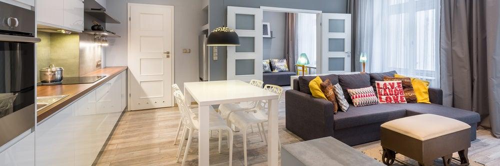 Doble puerta en blanco con cristales que separa la cocina y el salón del dormitorio.