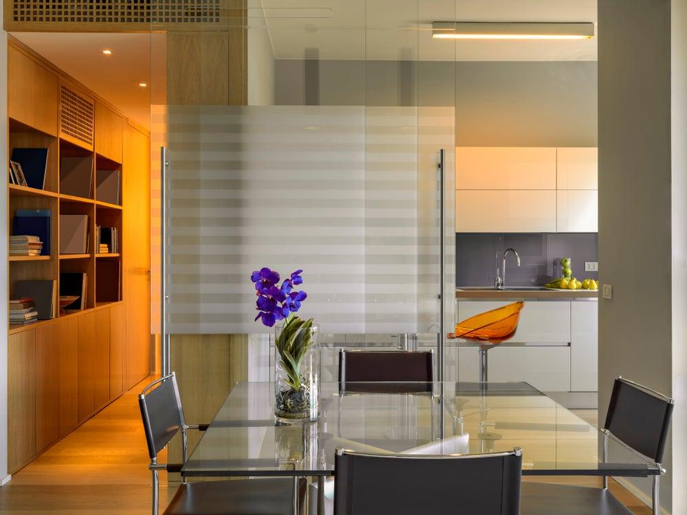 Puerta corredera traslúcida que separa la cocina del salón.