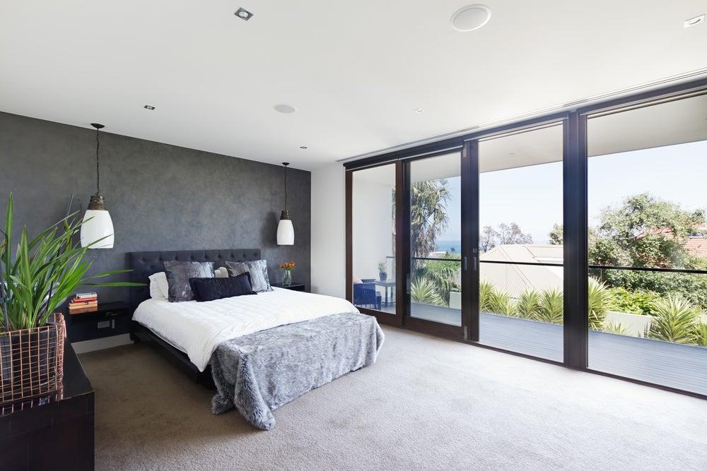 Puertas correderas en dormitorio para acceder a la terraza.