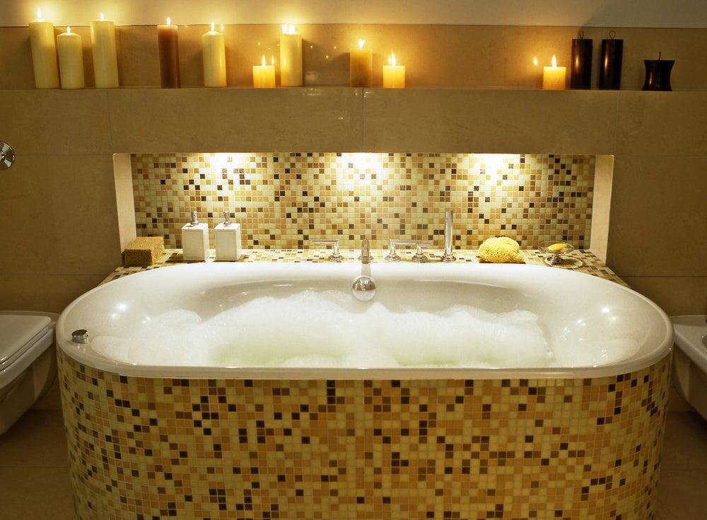 Relajarse tomando un baño de sales.