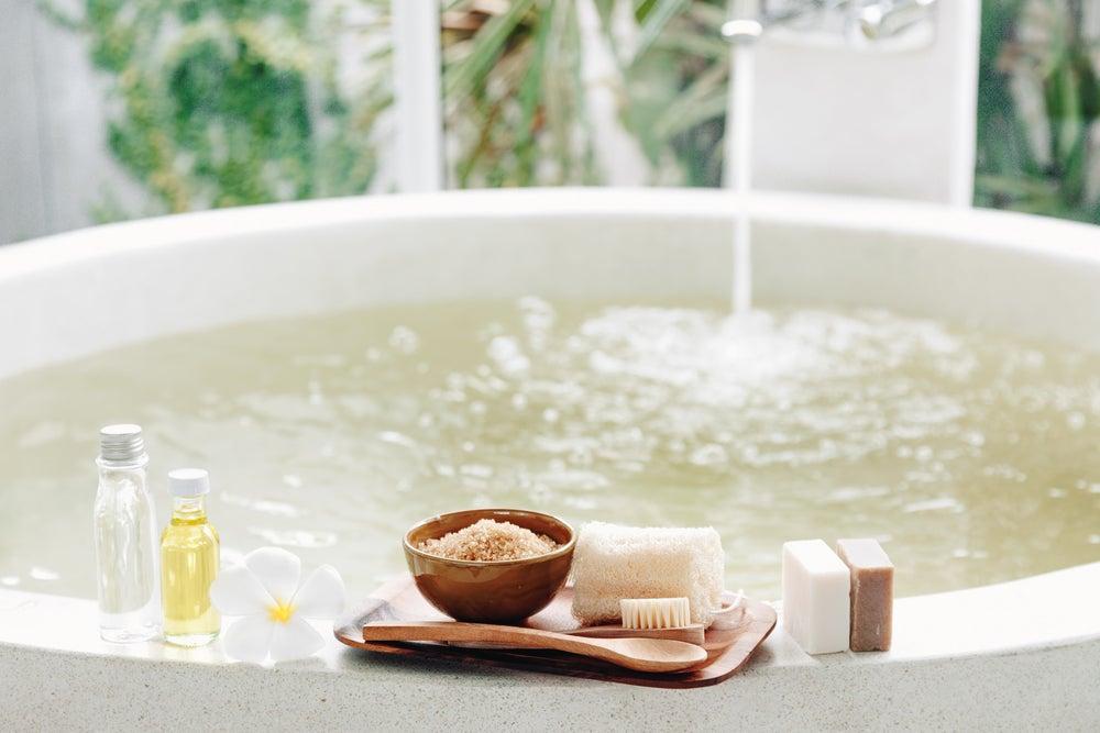 Cómo utilizar las sales de baño para relajarte.