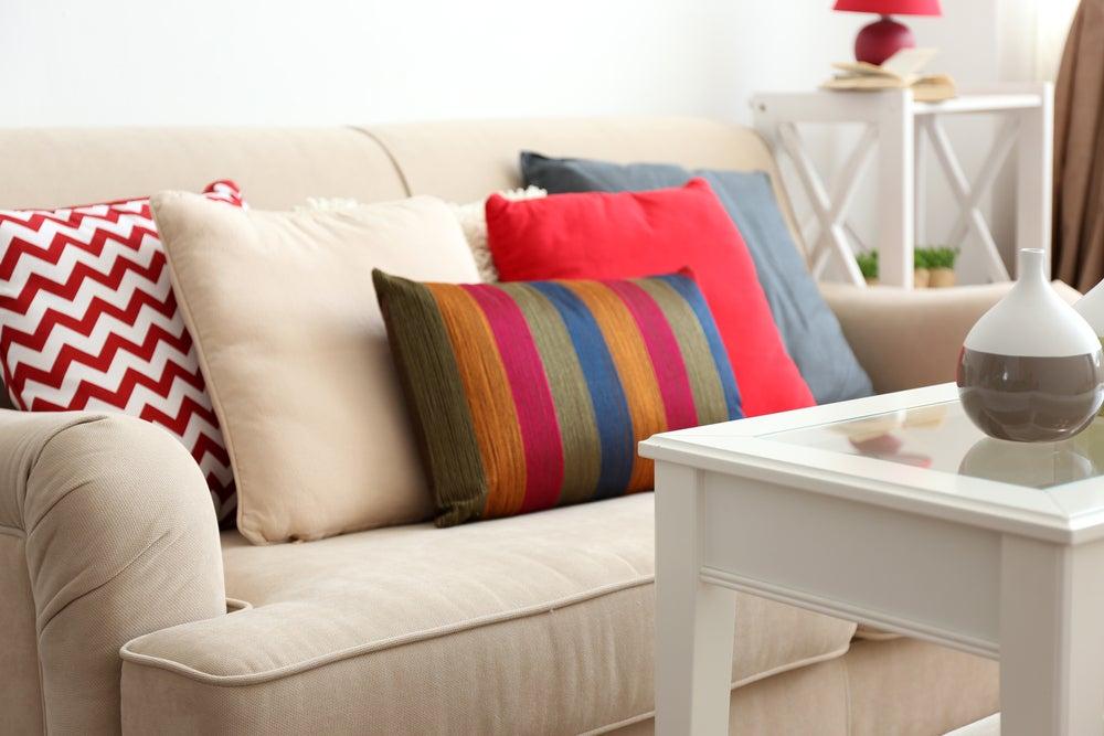 Salón beige con cojines de colores.