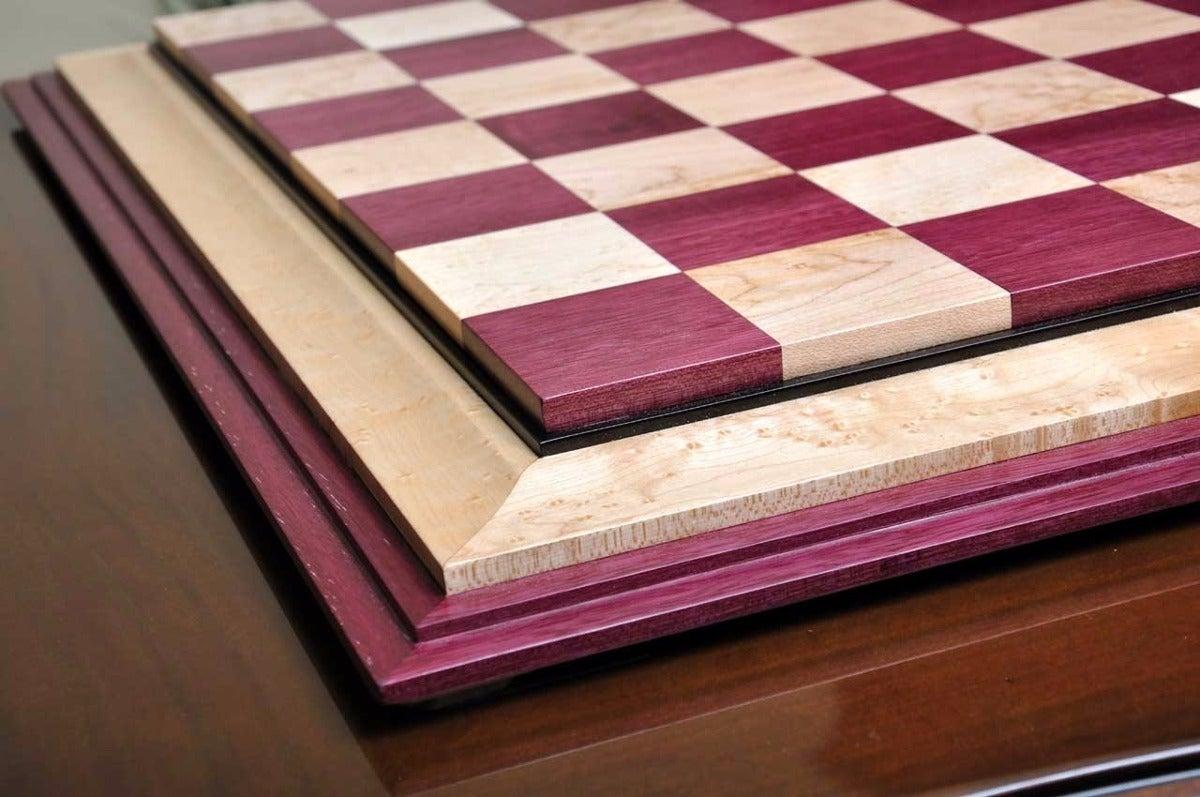 Tablero de ajedrez hecho con madera de corazón púrpura.