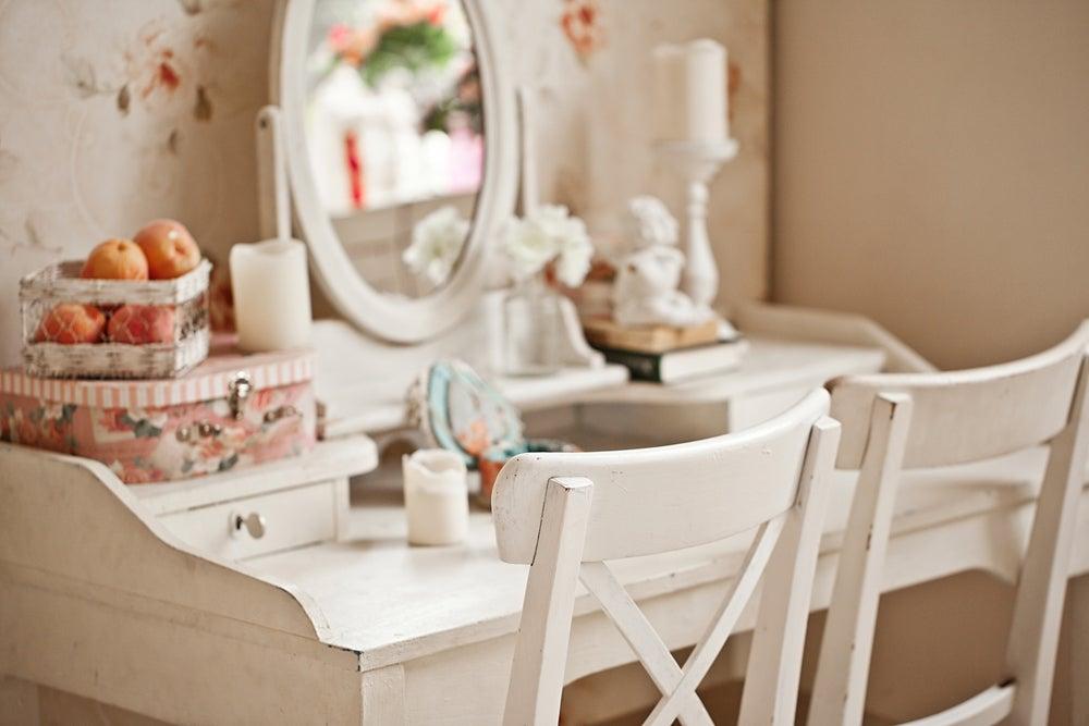 Tocador de estilo romántico en blanco roto con detalles en colores pastel.