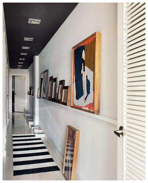 Alfombra de rayas blancas y negras en pasillo.