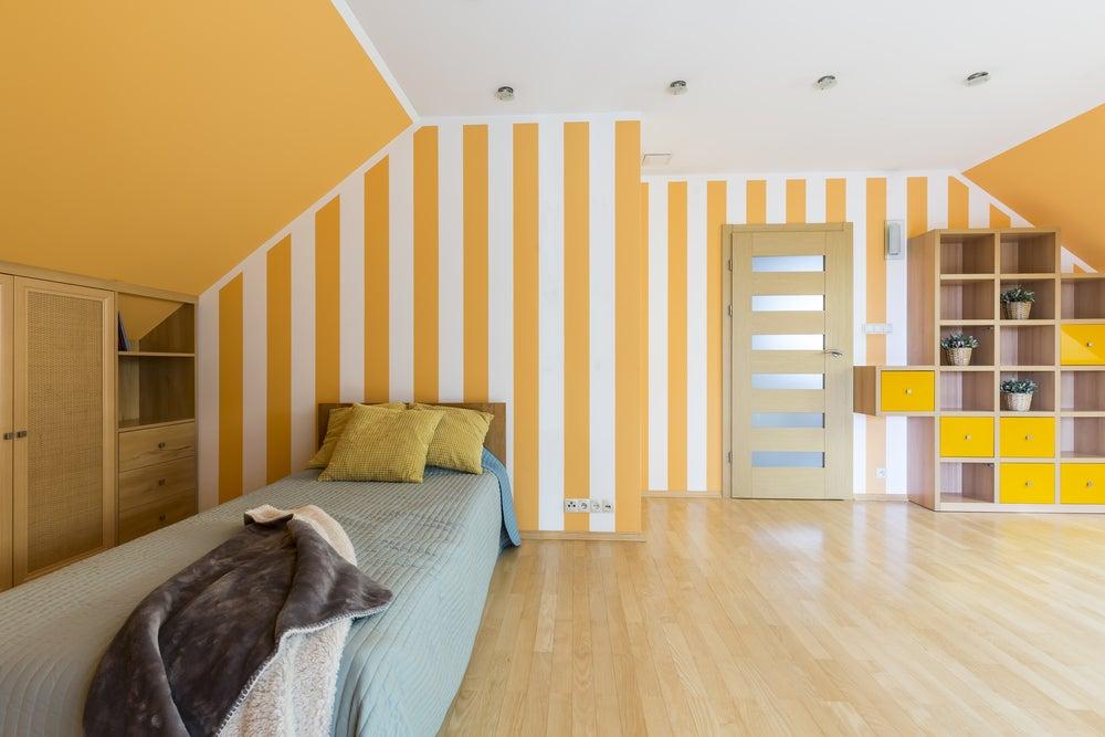 Decoración con rayas verticales en dormitorio.