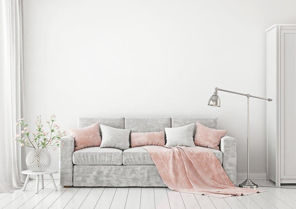 Decoración del salón en tonos pastel: rosa claro, gris y blanco.