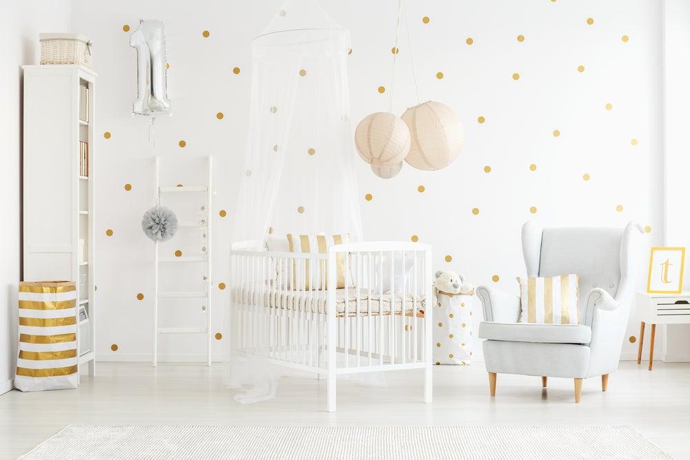 Dormitorio infantil con toques dorados.