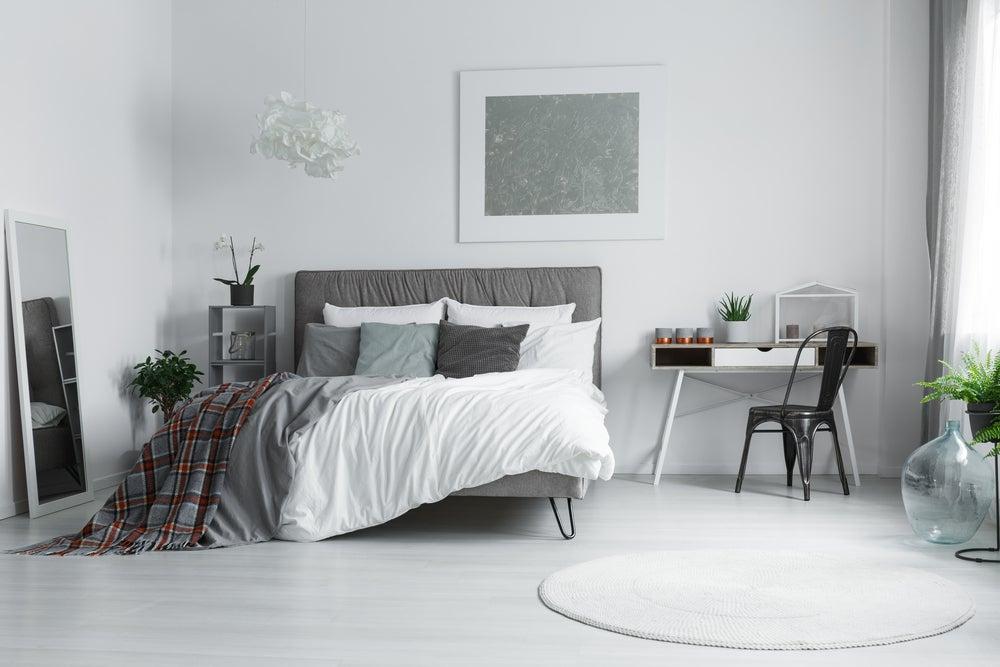 Dormitorio minimalista con colores cálidos.