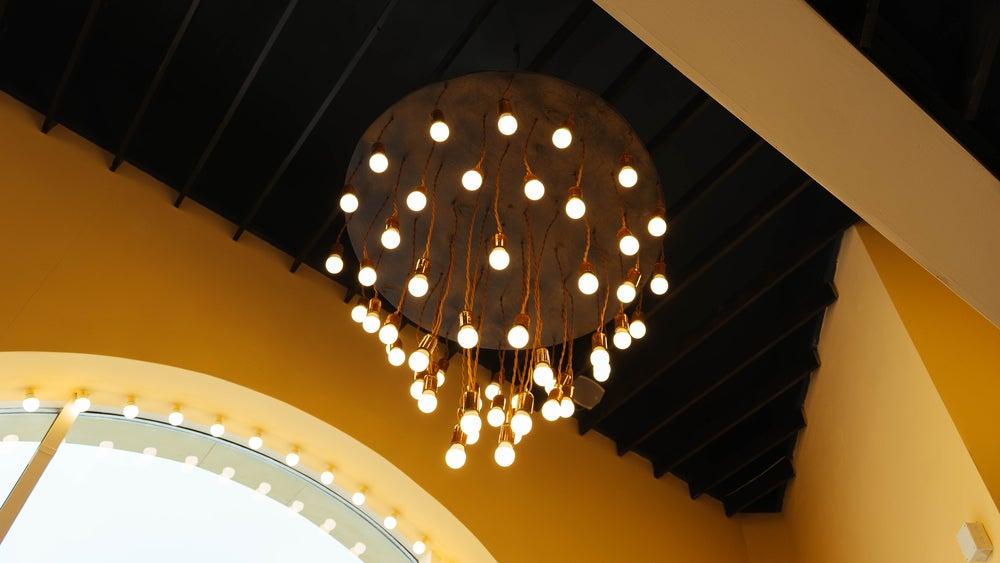 Lámpara rosetón dorado con bombillas.