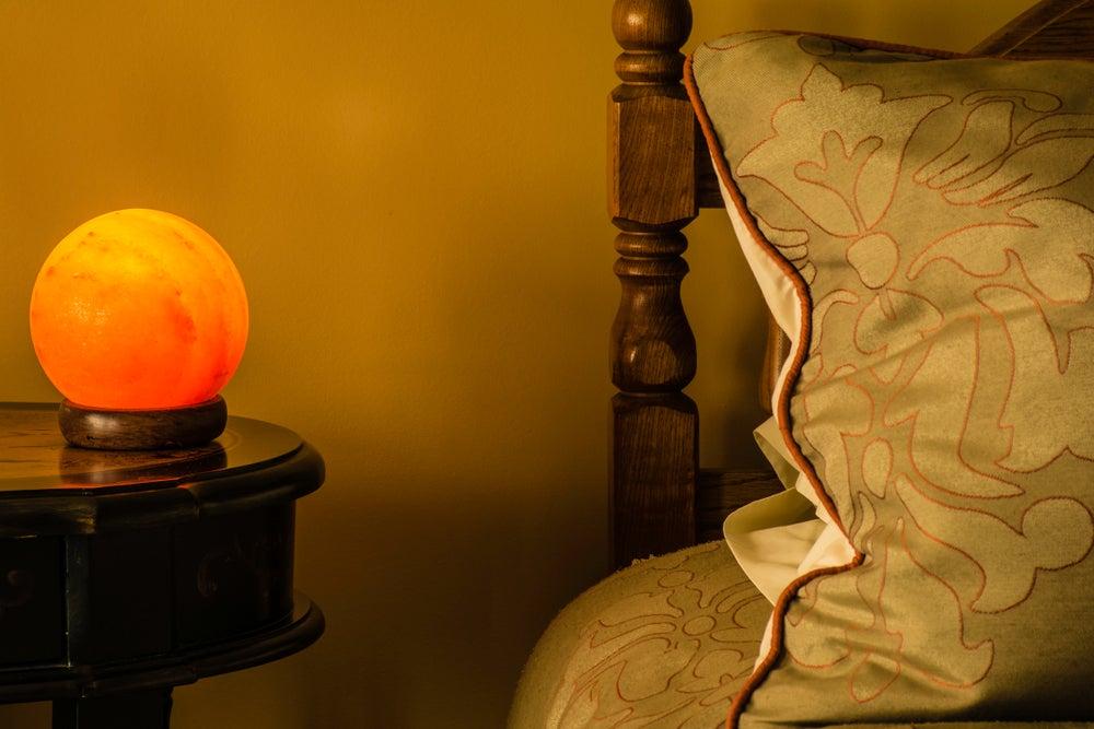 Lámpara de sal colocada en el dormitorio ya que ayuda con las alergias.