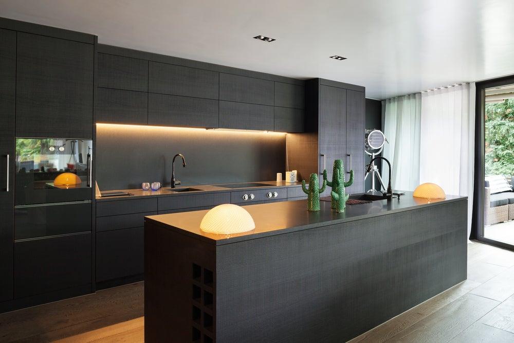 Cocina con muebles de madera negra.