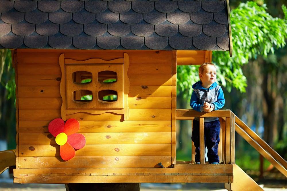 Paredes, suelo y tejado para la casa del árbol.