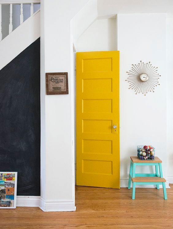 Puerta de color amarillo.