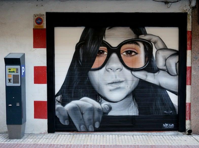 Puerta de garaje pintada en el barrio del Oeste en Salamanca.