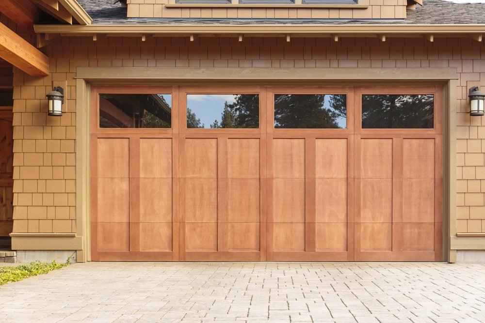 Puerta del garaje con ventanas.