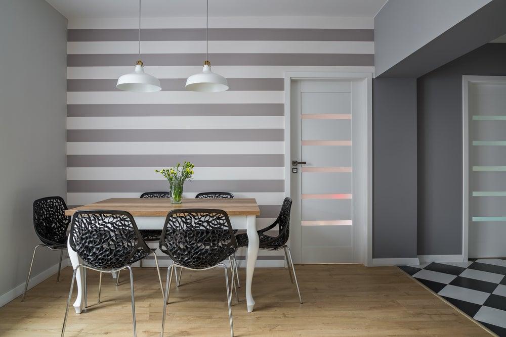 Rayas horizontales en la pared de una cocina.