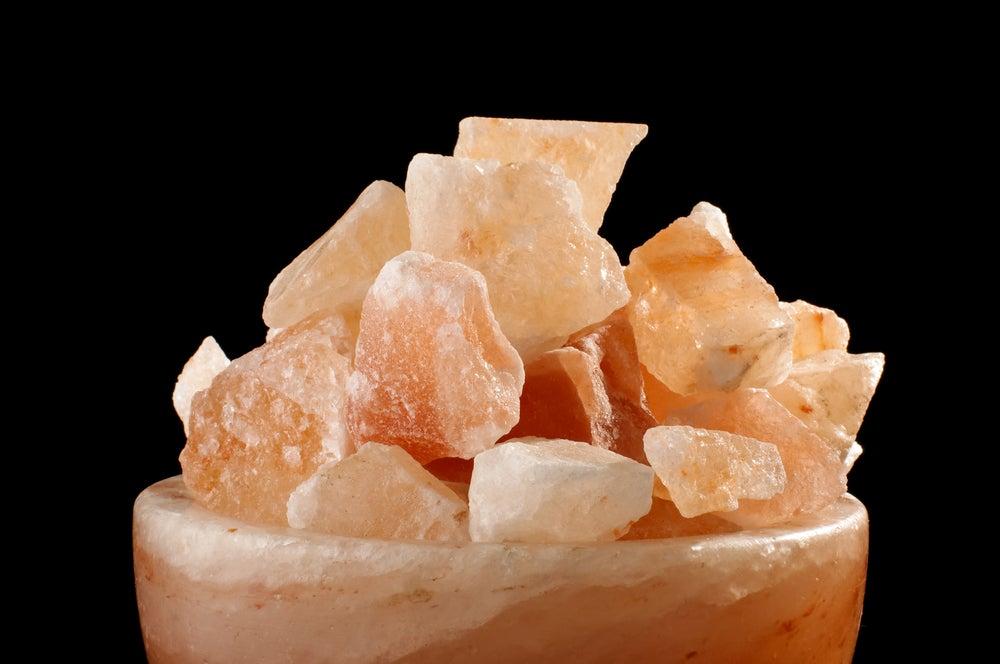 Sal del Himalaya para crear una lámpara de sal.