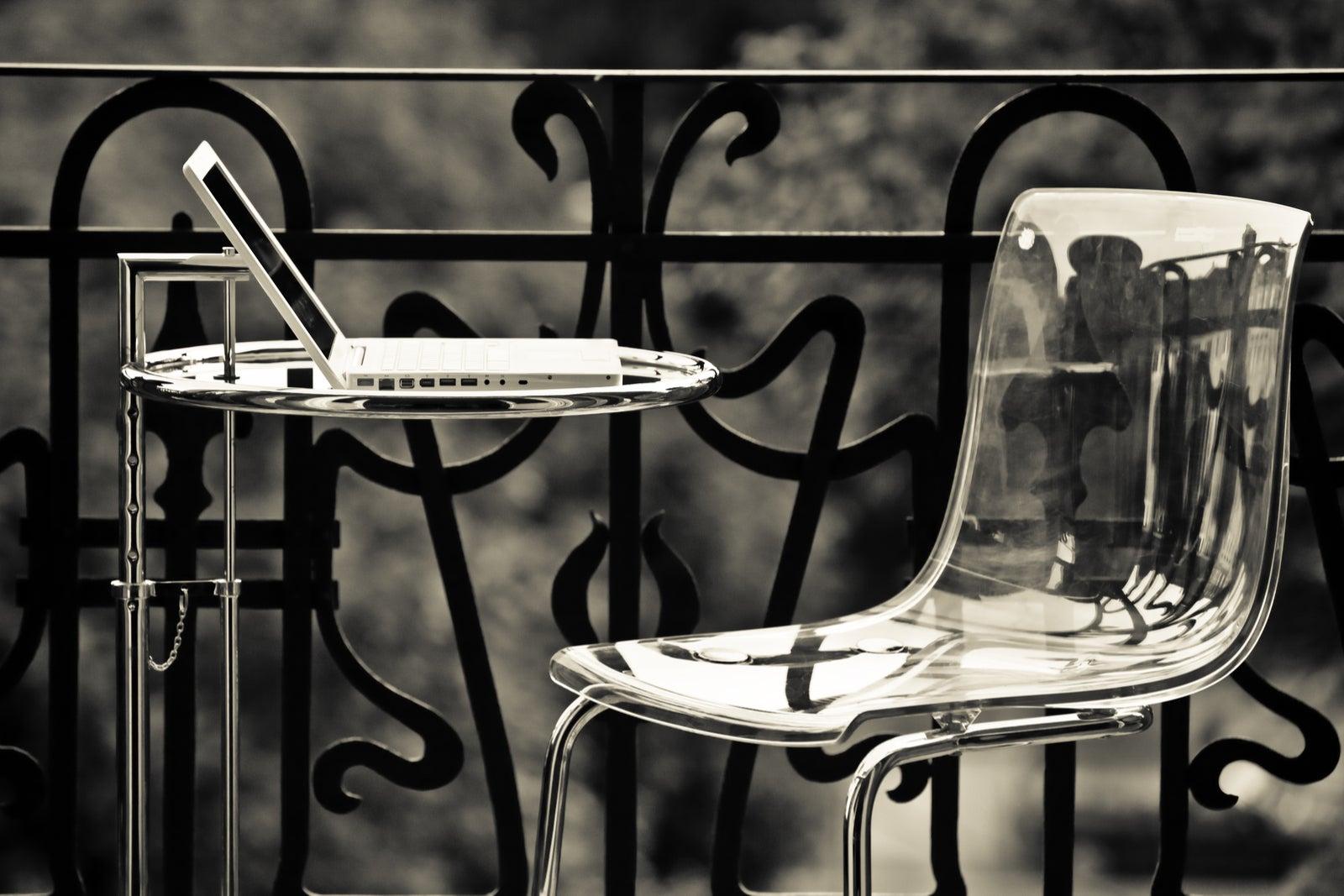 Sillas de metacrilato: una forma elegante de ganar espacio