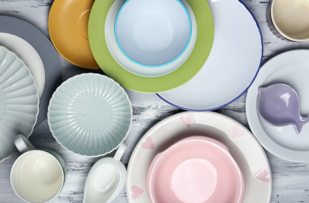 Vajilla de porcelana de diferentes colores.
