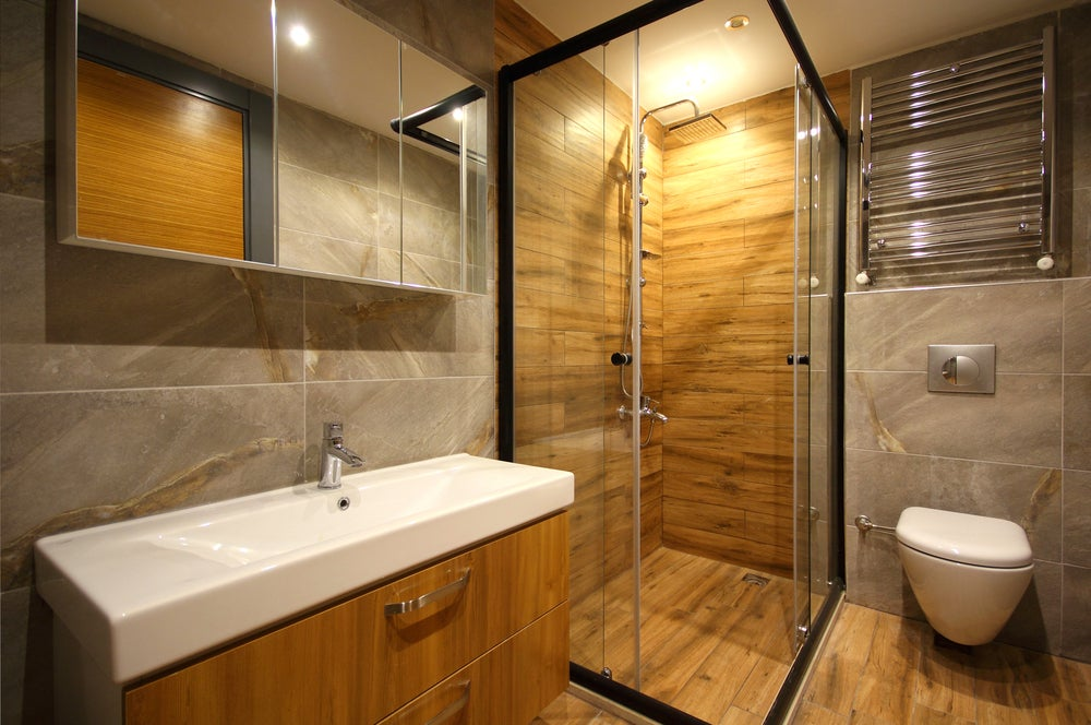 WC moderno de líneas rectas con la cisterna y tanque ocultos.