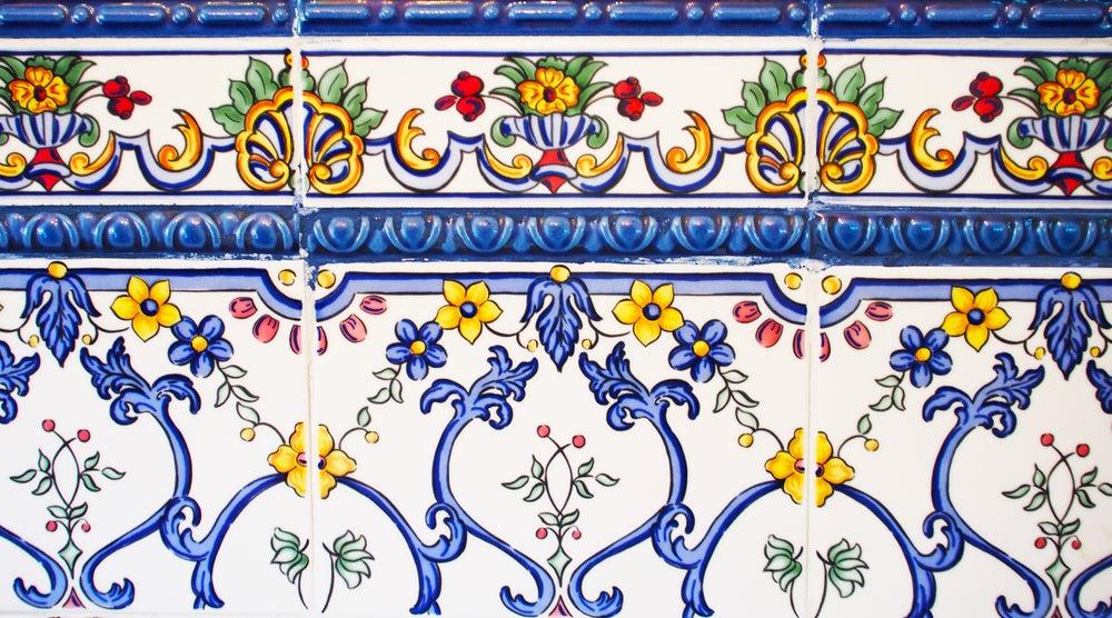 Azulejo rectificado con mosaico.