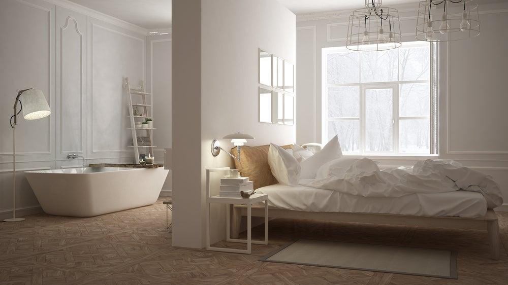 Baño amplio dentro de dormitorio amplio.